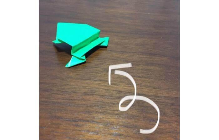 ピョンピョン跳ぶ立体的なカエルの遊び方2