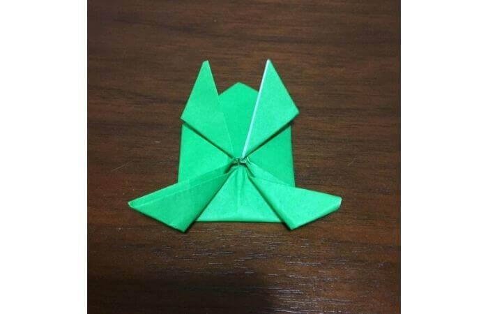 ピョンピョン跳ぶ立体的なカエルの折り方16
