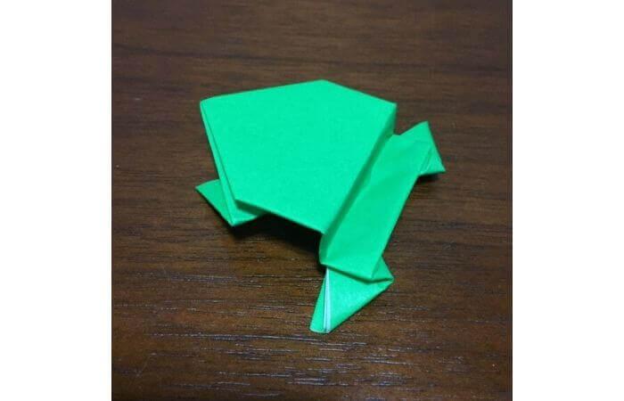 ピョンピョン跳ぶ立体的なカエルの折り方18