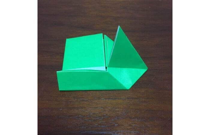 ピョンピョン跳ぶ立体的なカエルの折り方9