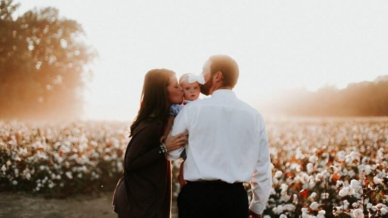 共働きで子育てと家事を分担する仲良し夫婦